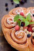 Cake from flaky pastry with berries — Stock Photo