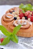 Cake from flaky pastry with berries — Stockfoto