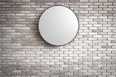 Plantilla - círculo de luz del logotipo en la pared de ladrillo rojo oscuro — Foto de Stock