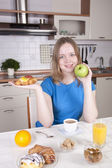 Jonge vrouw kiest verse groene appel en gezonde voeding — Stockfoto