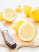 Fresh lemons a cutting board — Stock Photo