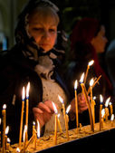 TBILISI, GEORGIA - APRIL 27: Georgians light up candles in the Holy Trinity Cathedral of Tbilisi during service on April 27, 2013. The Cathedral is the main Cathedral of the Georgian Orthodox Church — Stock fotografie