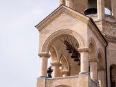 Tbilisi, Georgien - 27 april: man ringer klockorna i den Heliga trefaldighetskyrkan i tbilisi den 27 april, 2013. katedralen, även känd som sameba, är den största katedralen i den georgiska ortodoxa kyrkan — Stockfoto