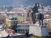 TBILISI, GEORGIA - MARCH 01, 2014: The old town of Tbilisi, the capital of Georgia, seen from the Metekhi church with the statue of King Vakhtang Gorgasali. The old town is a major tourist attraction — Stock Photo