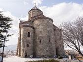 Tbilisi, geórgia - 1 de março de 2014: metekhi igreja na velha cidade de tbilisi, a capital da geórgia. a igreja foi construída no século v. — Fotografia Stock