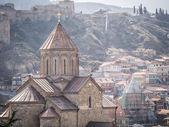 тбилиси, джорджия - пройдите 01, 2014: церковь metekhi в старом городе тбилиси, столице джорджии. церковь была построена в 5-м веке — Стоковое фото
