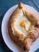 Ajaruli khachapuri - pain géorgien avec œuf et fromage cottage — Photo