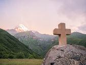 Cross intill gergeti tsminda sameba kyrka — Stockfoto
