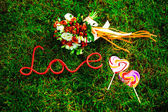Red wedding bouquet on green grass — Stock Photo