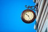 Calle reloj en el fondo del cielo azul — Foto de Stock
