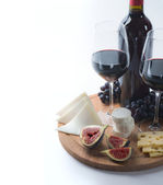 Two glasses of red wine, goat cheese and fig — Stockfoto
