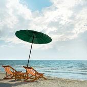 Solstolar och parasoll — Stockfoto
