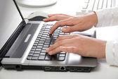 Tipik dizüstü klavye üzerinde — Stok fotoğraf