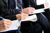 Pessoas de negócios, fazendo anotações — Fotografia Stock