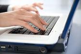 Ruce a laptop — Stock fotografie