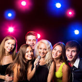 Young people singing at party — Stock Photo