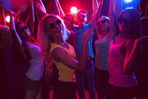 Young people dancing in a nightclub — Stockfoto