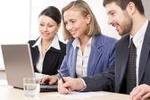 Gente de negocios con ordenador portátil — Foto de Stock