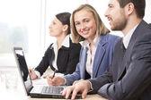 Teamarbeit im büro — Stockfoto