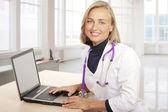 Médico usando laptop — Foto Stock