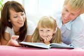 Family reading — Stock Photo