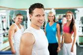 健身教练与健身房的人 — 图库照片