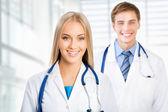 同僚との女性の医者 — ストック写真
