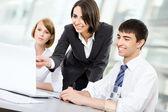 Молодых деловых людей. работа в команде. — Стоковое фото