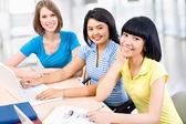 Studentów studiujących razem — Zdjęcie stockowe