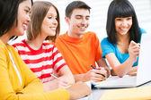 Studenci z laptopa — Zdjęcie stockowe