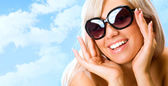 Kvinna i solglasögon — Stockfoto