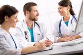 Lekarze uśmiechający się — Zdjęcie stockowe