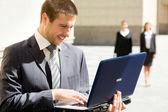 Kaufmann mit laptop — Stockfoto