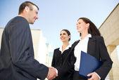 Empresários apertem as mãos — Fotografia Stock