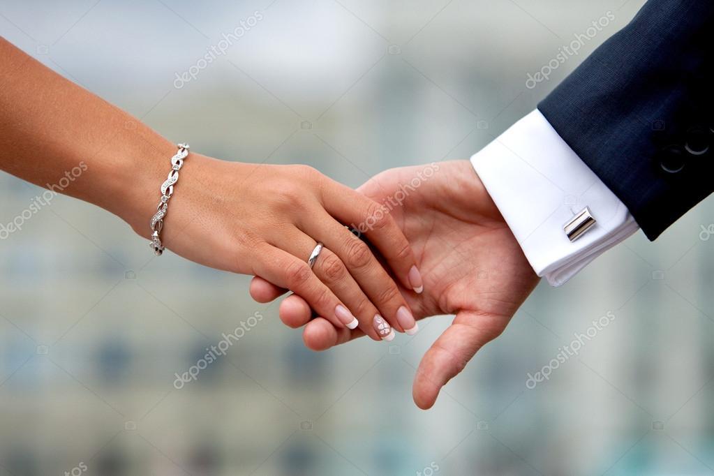 couple de mariage main dans la main photographie 8th 44759419. Black Bedroom Furniture Sets. Home Design Ideas