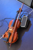 Violin with a pickup. Old violin lying on stage. — Foto Stock