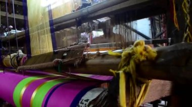 Wide front shot of a weaver. — Stock Video