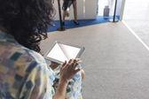 女人和技术 — 图库照片