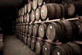 Wijn vaten in een kelder — Stockfoto