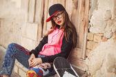 Hipster ung flicka lyssna musik från smartphone — Stockfoto