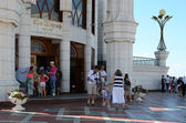 Tourists at the entrance of the Kul Sharif mosque in Kazan Kreml — Stock Photo