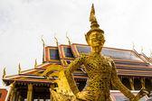 Golden statue in Wat Phra Keaw — Stock Photo