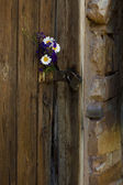 Vintage wooden door with a bouquet — Stockfoto
