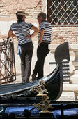 Gondoliers relaxing and chatting by their gondolas — Stock Photo