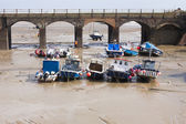 Boats at Folkestone harbour at low tide — Stock Photo