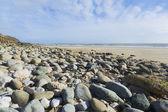 Krajina formát širokoúhlého oblázkové pláže a modré nebe — Stock fotografie