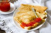 Caviar rojo con panqueques — Foto de Stock