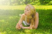 Krásná žena s Pampeliška — Stock fotografie