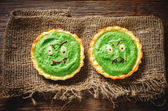 tartlets with spinach cream for Halloween in the form of a monst — Stockfoto