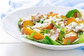 Salada com pêssegos, bacon, rúcula, espinafre e cabra queijo — Fotografia Stock
